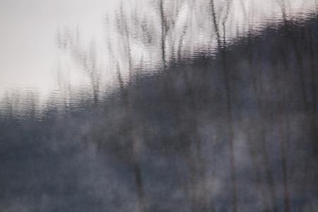 水の丘、霧丘を反映 写真素材
