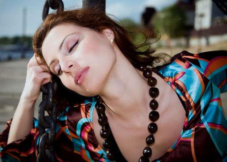 shackled: Grilletes en las cadenas de la mujer al aire libre en un d�a soleado Foto de archivo