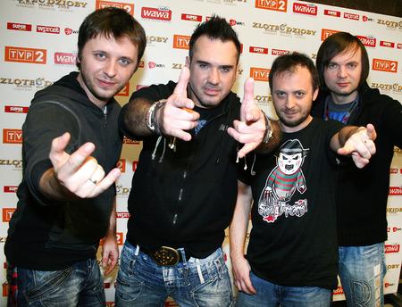 carpe diem: Polish Szymon Wydra singer with his band Carpe Diem during golden bows of Radio Wawa awards, Warsaw 10-11-2008