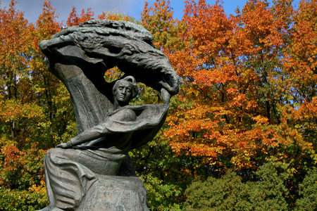 fryderyk chopin: Fryderyk Chopin monument in Lazienki city park in Warsaw, Poland,  in sunny fall day with trees in background in autumn colour leaves Stock Photo