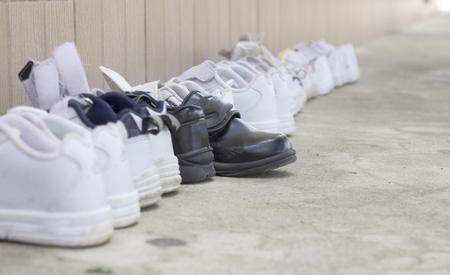 zapatos escolares: Dispuestos en forma ordenada los zapatos estudiantes de la escuela antes de entrar en el aula en Tailandia, pero no hay otro. �nico Foto de archivo