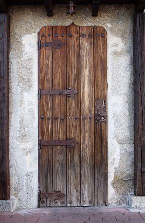 door bolt: Antigua puerta de madera  Foto de archivo