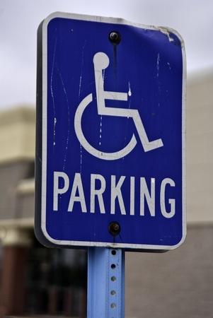 Een blauw en wit gekrast teken parkeren in een parkeerplaats. Stockfoto