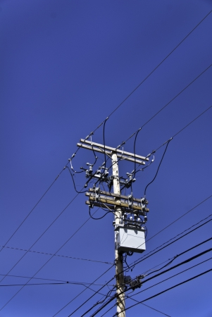 Ein Telefonmast Und Drähten Oder Kabeln Vor Einem Strahlend Blauen ...