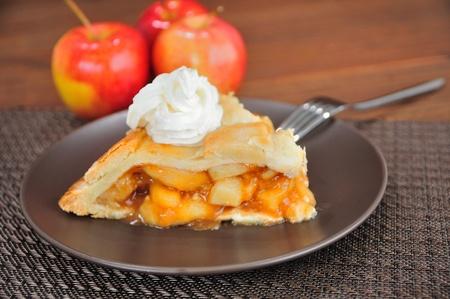 pie de manzana: Tarta de manzana con crema batida Foto de archivo