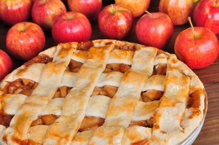 pastel de manzana: Gran pastel de manzana con las manzanas en bacground Foto de archivo