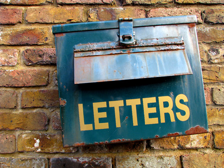 cartas antiguas: Antiguo buzón oxidado Foto de archivo