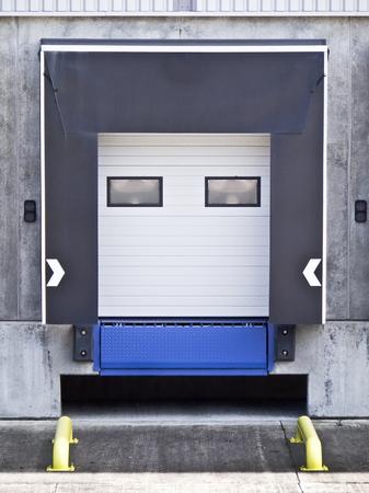 Vue générale de la porte de chargement dans l'entrepôt