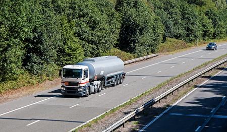 aljibe: Cistern lorry on the motorway