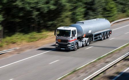aljibe: camión cisterna en la autopista