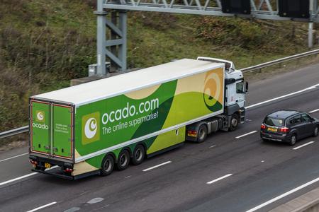 Londen, Verenigd Koninkrijk - 21 september 2017: Vrachtwagen van de Britse online supermarkt Ocado.com, in beweging op de snelweg M25