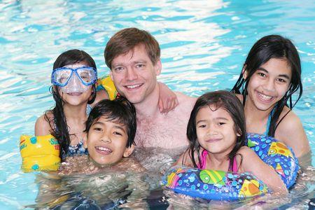 Familie genieten van de tijd samen in het zwembad