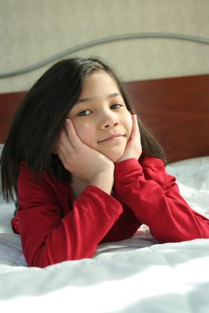 Niño acostado en la cama pensando  Foto de archivo - 2591328