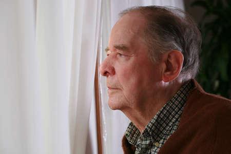 창 밖을 바라 보는 노인