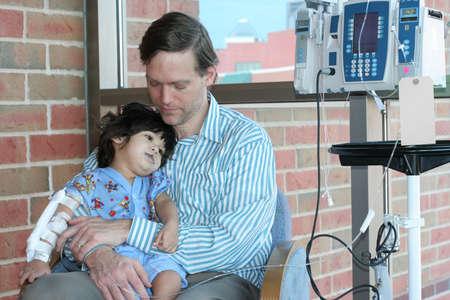 krankes kind: Besorgt Vater mit kranken Kindes im Krankenhaus