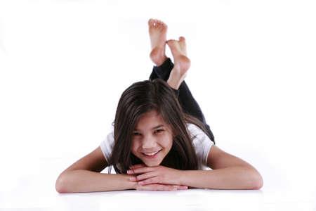 old year: Bella ragazza di dieci anni felicemente relax sul pavimento