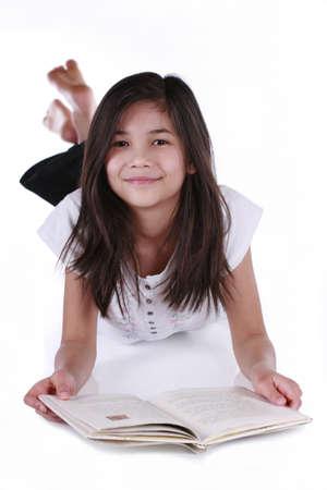 Bambina di lettura o di studio sul pavimento. Parte asiatico - scandinavi discesa Archivio Fotografico - 4248399
