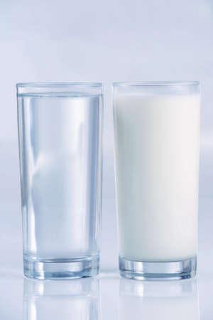 水、牛乳、サイド バイ サイドで、ブルーの色調のガラス。浅い被写し界深度