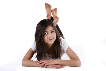 Prachtige tien yer meisje gelukkig ontspannen op vloer Stockfoto