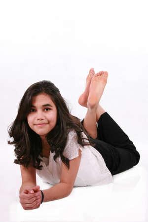 Hermosa muchacha adolescente acostado en el piso de relax, parte de Asia y el Cáucaso de fondo Foto de archivo - 4478702