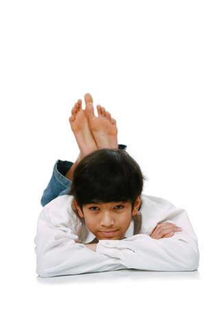 Handsome junge teen Junge liegt auf dem Boden, teilweise asiatisch-skandinavischen Abstieg Standard-Bild - 4478753