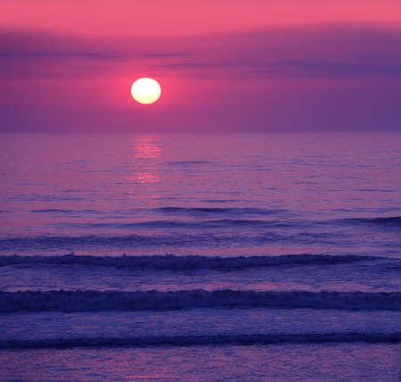 美しいピンクの夕日や日の出