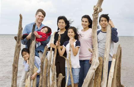 familia de cinco: Familia birracial junto en la playa en verano  Foto de archivo