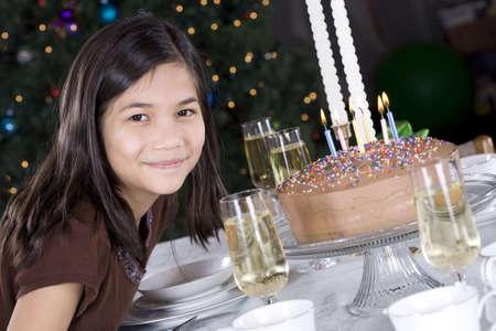 blow out: Bambina pronta a soffiare via la sua torta di compleanno candele