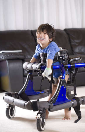 ni�os discapacitados: Ni�o minusv�lido en caminante Foto de archivo