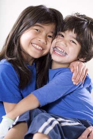 behindert: Gro�en Schwester halten Ihr deaktivierten kleine Bruder