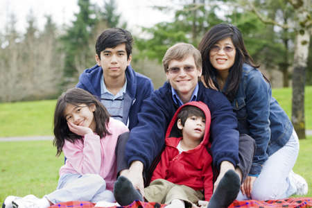 interracial marriage: Happy family Interrazziale, godendo di una giornata al parco Archivio Fotografico
