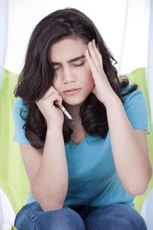 La muchacha adolescente o mujer joven que tiene conversaci�n telef�nica estresante photo