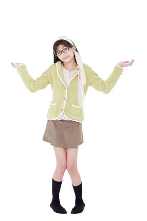 Biracial Aziatisch meisje in een groene trui en glazen gebaren 'Dat weet ik niet', schouderophalend schouders