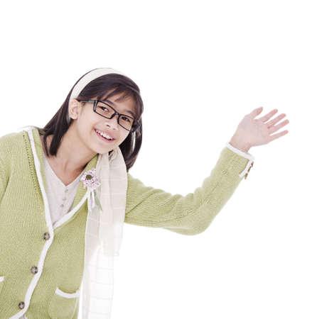 Biracial Aziatisch meisje in een groene trui en glazen zwaaien met een warm welkom, geïsoleerde