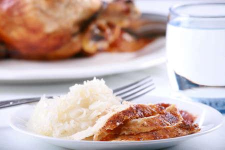 pollo rostizado: Pollo y arroz comida conjunto sobre mesa Foto de archivo