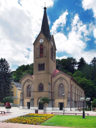 Vista vertical de la Iglesia Evang�lica en la plaza principal de la ciudad Dolny Kubin durante el d�a soleado de verano Foto de archivo - 20477174