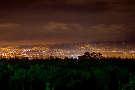 naranja arbol: Tiro de San Jos� de Costa Rica en la noche Foto de archivo
