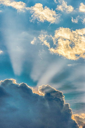 heaven?: La luz del sol detr�s de las nubes durante una puesta de sol