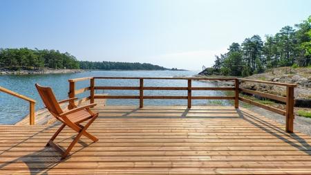 sunny day: De la silla vac�a en la terraza, d�a caluroso de verano soleado, cielo abierto.