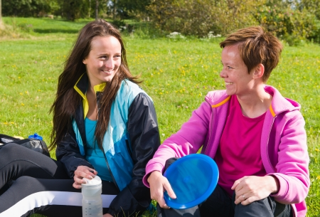 disc golf: Women keeps pause during the disc golf game Stock Photo