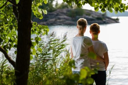 pareja abrazada: Pareja de lesbianas encantadora juntos, d�a soleado, el mar de fondo
