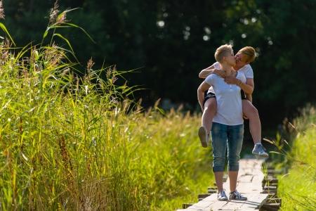 Bella coppia lesbica sono sulle spalle insieme, giornata di sole