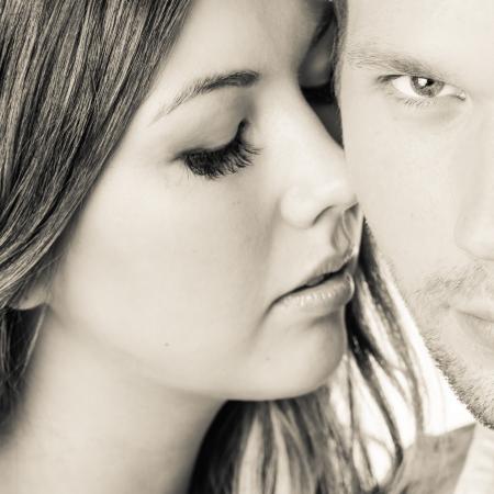 gaze: Close-up gezichten van aantrekkelijke paar, scherpe blik mannetje Stockfoto