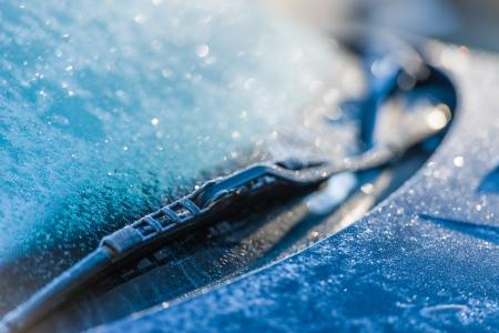 Frozen windshield, cold weather, sunlight on backlight, focus on foreground Standard-Bild