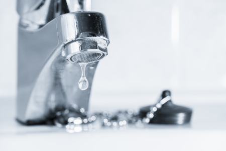 Vieux robinet s'échapper, lavabo dans salle de bain, teinté image en noir et blanc Banque d'images - 24698138