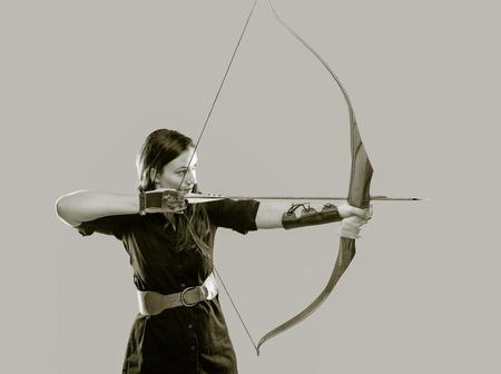 아름다운 양궁 여자를 목표로, 색을 칠한 검은 색과 흰색 이미지