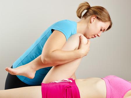 terapia ocupacional: Tratamiento Osteopat�a, la masajista profesional y su paciente Foto de archivo