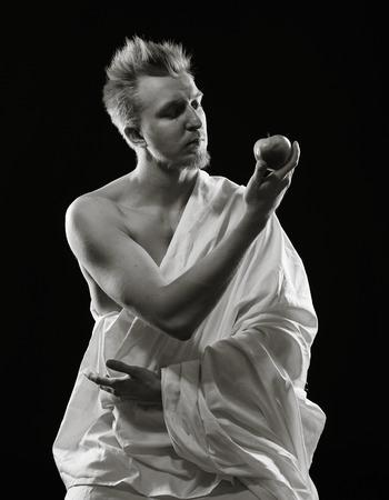 beau jeune homme: Portrait, beau jeune homme est assis dans le studio - image en noir et blanc, fond sombre