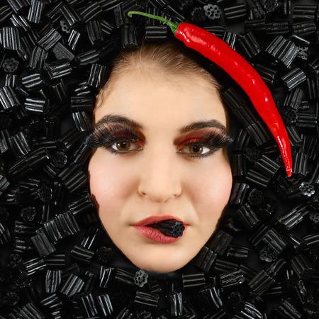 감초와 칠리 프레임 아름다운 여자 얼굴 스톡 콘텐츠