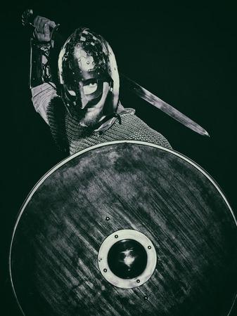 espadas medievales: Armadura del caballero medieval con una espada, casco y escudo, imagen en blanco y negro